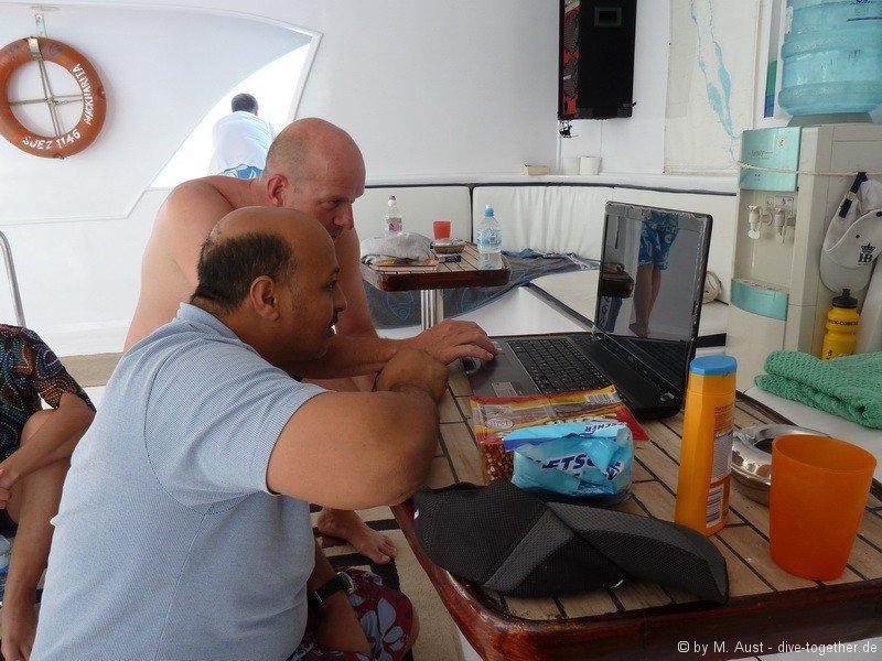 Mohamed bei der Vorbereitung des Briefing